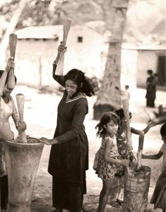 Crushing millet with a wooden mortar and pestle. Maalhosmadulu Atoll, 1974.