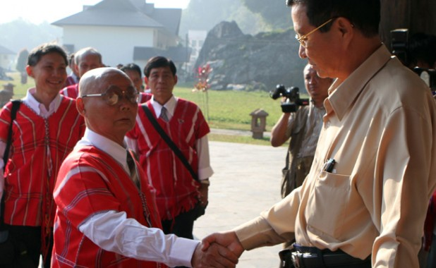 Tentative talks: The head of Burma's peace committee, Aung Win (R), meets with Karen National Union leader General Saw Mutu Sai Po in Pa-an, 12 January. Image: AP