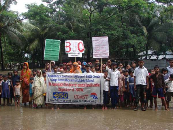 Climate refugees facing eviction from Kutubdia Island, Bangladesh that has shrunk from 200 square km to 32 km. Photo: Flickr / 350.org
