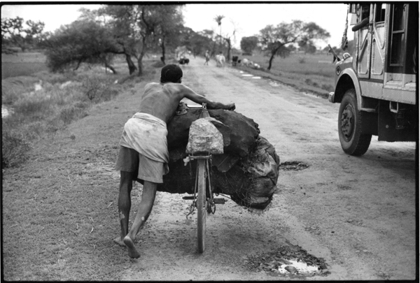 Kishen Yadav pushing his heavy load of coal on a bicycle with reinforced bars and without a chain (since he's removed that to reduce friction). Photo: P Sainath / PARI