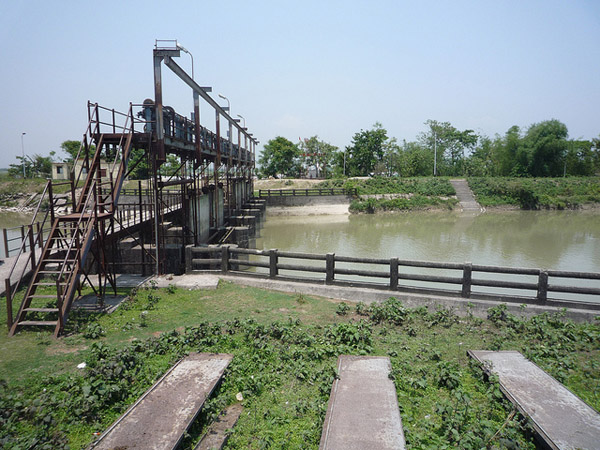 Sluice gates on a canal in West Bengal originating from the Teesta Barrage. Photo: Flickr / International Rivers