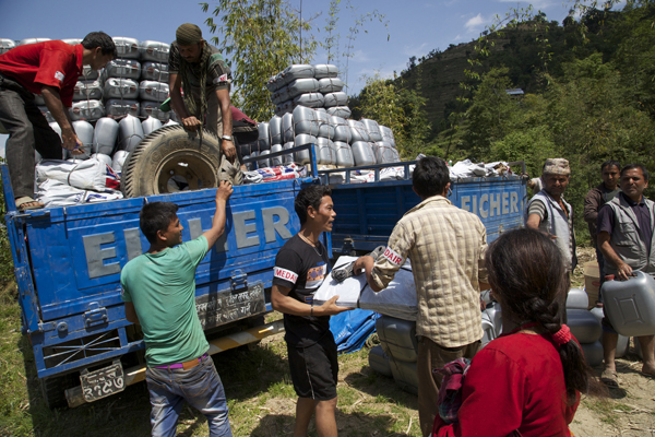 Relief aid is distributed to villages in the aftermath of the April 25 Earthquake. Photo : Flickr / DFID
