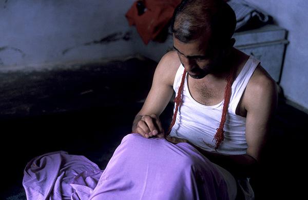 A tailor at the Mishriwalla refugee camp for Kashmiri Pandits in Jammu. Photo: Flickr / nihar ganju