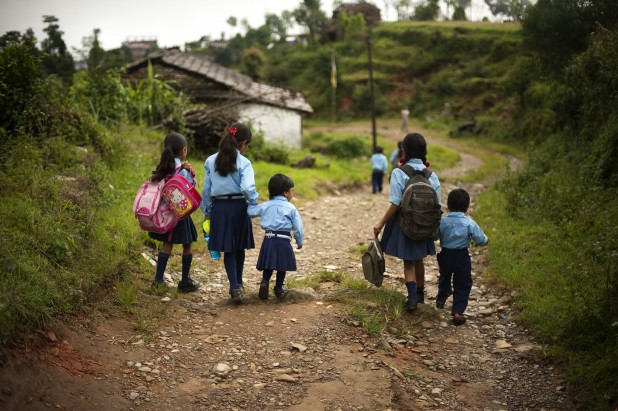 Nepali children walk to school Photo : Flickr / PACAF