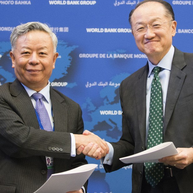 World Bank Group President Jim Yong Kim and Asian Infrastructure Investment Bank President Jin Liqun sign the first co-financing framework agreement between the two institutions. Photo: Joy Asico / World Bank / flickr.com