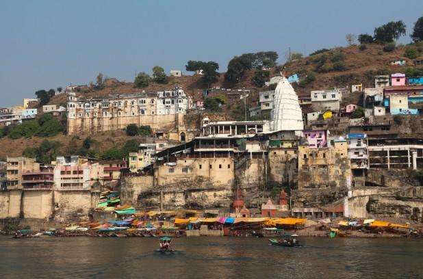 Omkareshwar Mahadev Temple at the bank of Narmada (Photo: Bernard Gagnon, Wikimedia Commons)