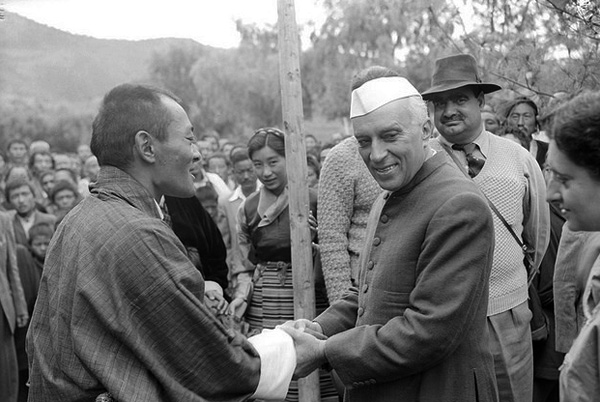 Prime Minister Jawaharlal Nehru meets King Jigme Dorji Wangchuck during his 1958 visit to Bhutan. Photo: Public.Resource.Org / Flickr